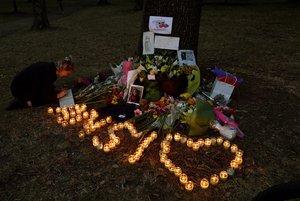 Una muchacha escribe un mensaje de condolencias en el altar montado a las puertas de la mezquita Al Noor, en Christchurch.