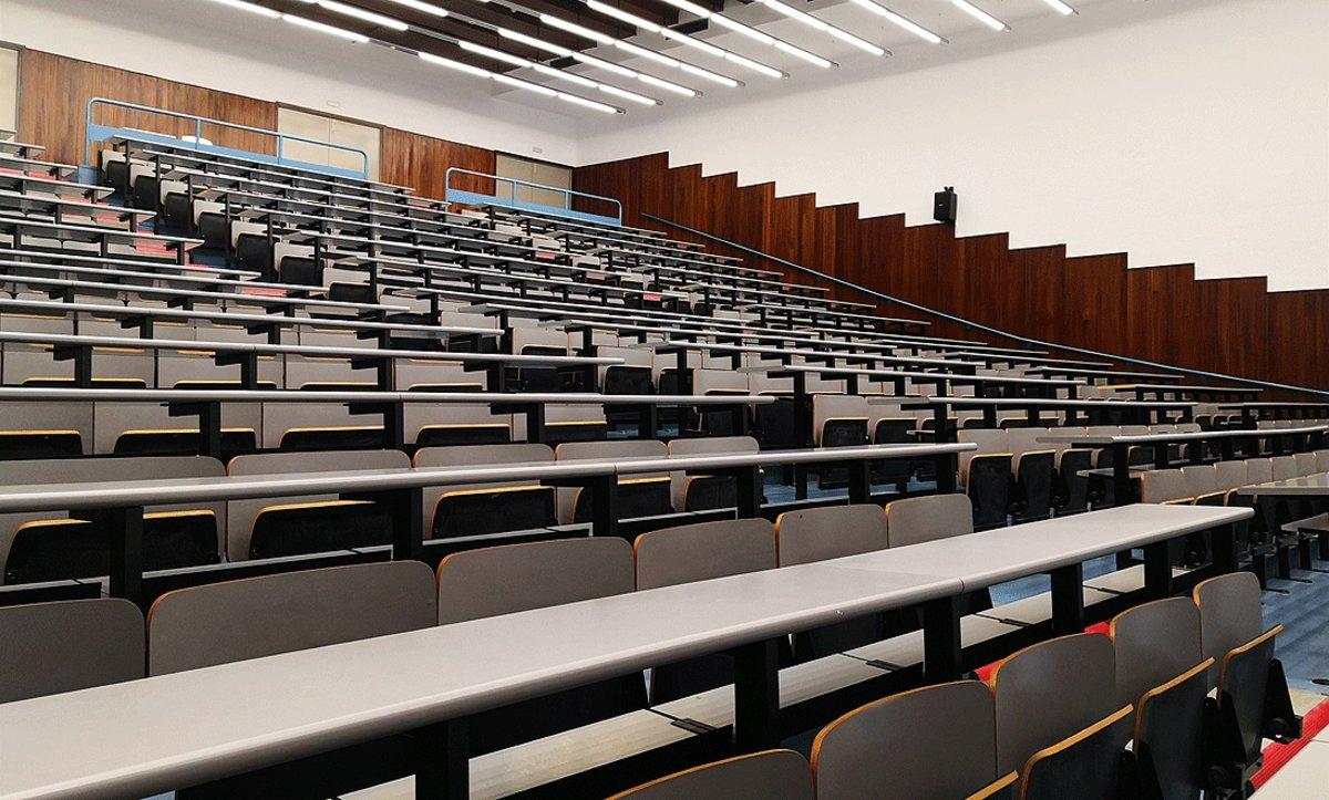 Un aula de la Facultad de Física de la Universitat de Barcelona, completamente vacía.