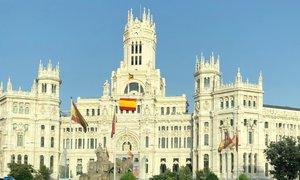La fachada del edificio del Ayuntamiento de Madrid en la que ondea la bandera de España.