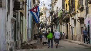 Las banderas ondean a media asta en La Habana tras la muerte de Fidel Castro.