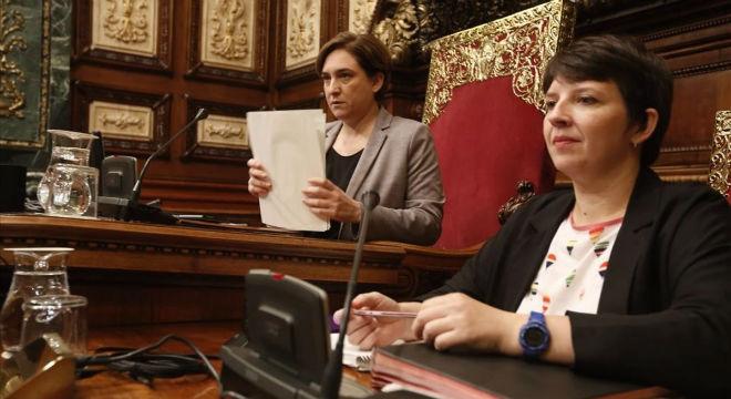 Ada Colau y Laia Ortiz, en el pleno del Ayuntamiento de Barcelona.