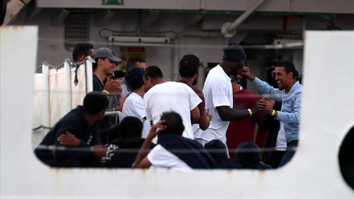 Los inmigrantes en el barco guardacostas italiano Diciotti celebran la intervención del Presidente Mattarella que autorizó el desembarque
