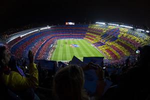 El Camp Nou, sede de la final de Copa, en el momento del despliegue del mosaico antes del clásico de Liga contra el Real Madrid.