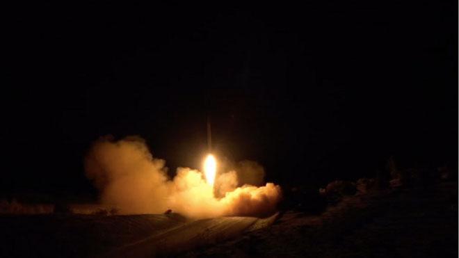 Captura de vídeo que muestra el lanzamiento de un cohete contra la base militar estadounidense Ain al Asad en Irak este miércoles.