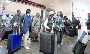 Llegada de turistas a la estación de Sants, por Semana Santa.