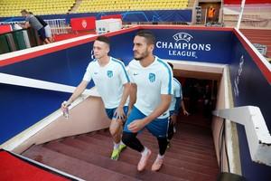 Koke (d), jugador del Atlético de Madrid,durante el entrenamiento previo al partido en Mónaco.