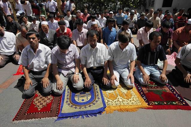 Hombres uigures rezan en una mesquita en Urumqi, en el oesta de la provincia china de Xinjiang.