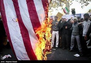 Ciudadanos iraníes queman banderas estadounidenses en el aniversario del asalto a la embajada de los Estados Unidos en Teherán