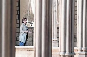 Colau en el pasillo de la galería gótica del ayuntamiento, el día 28.
