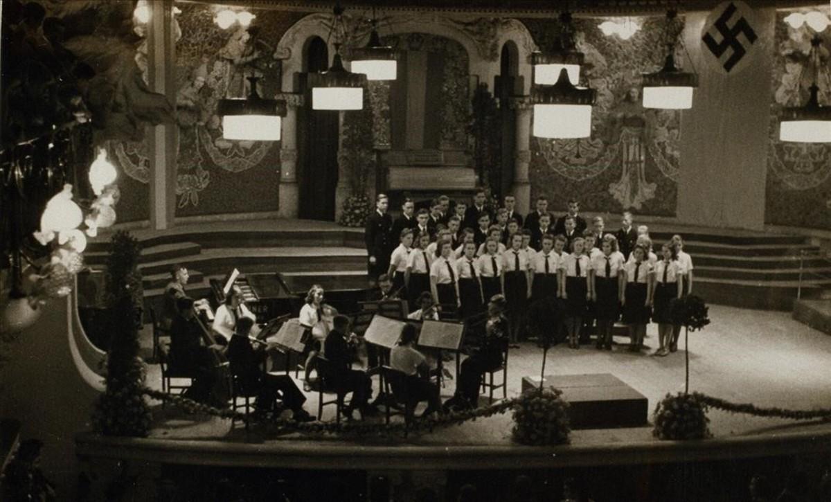 Concierto del Grupo artístico de las Juventudes Hitlerianas celebrado en el Palau de la Música, en una imagen del libro 'Nazis a Barcelona', de Mireia Capdevila y Francesc Vilanova.