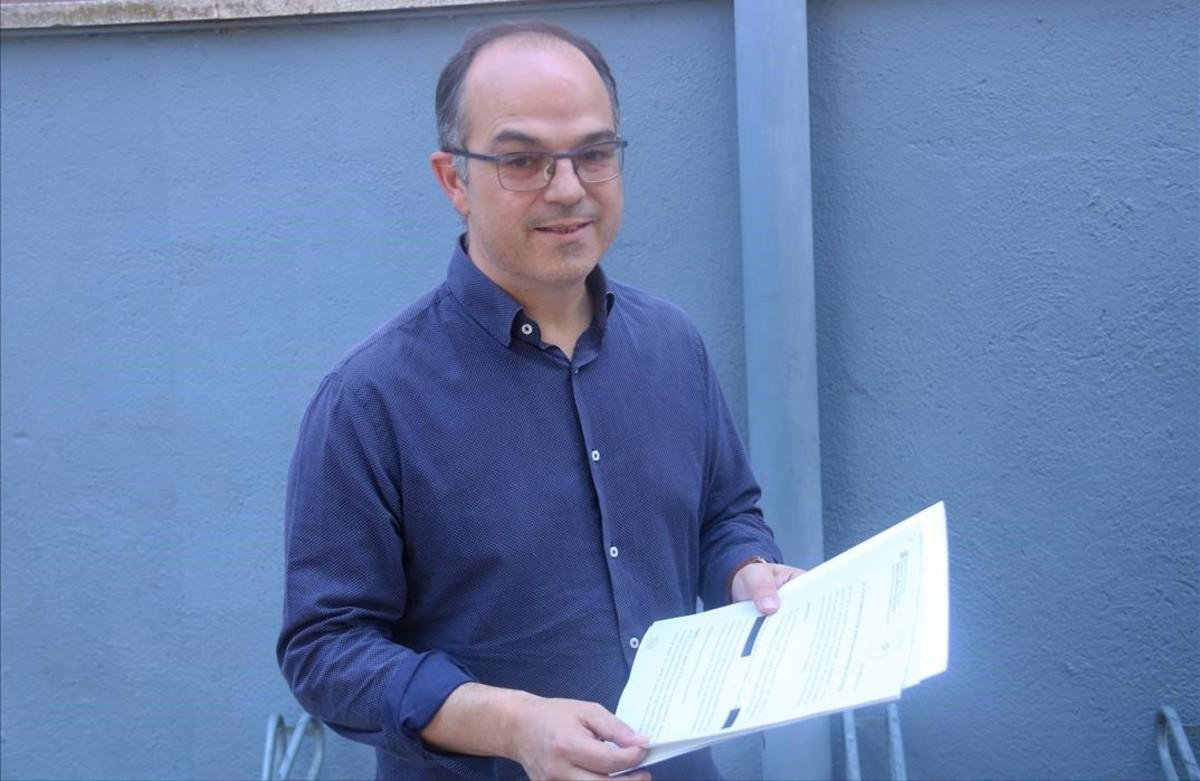 El conseller de Presidència, Jordi Turull, muestra la denúncia del Govern contra los responsables de los interrogatorios de la Guardia Civil, el 29 de julio de 2017 en Parets del Vallès