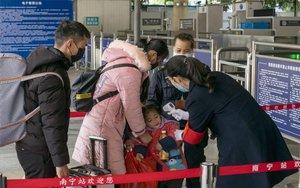 Autoridades en China realizan pruebas para detectar contagios del coronavirus de Wuhan.