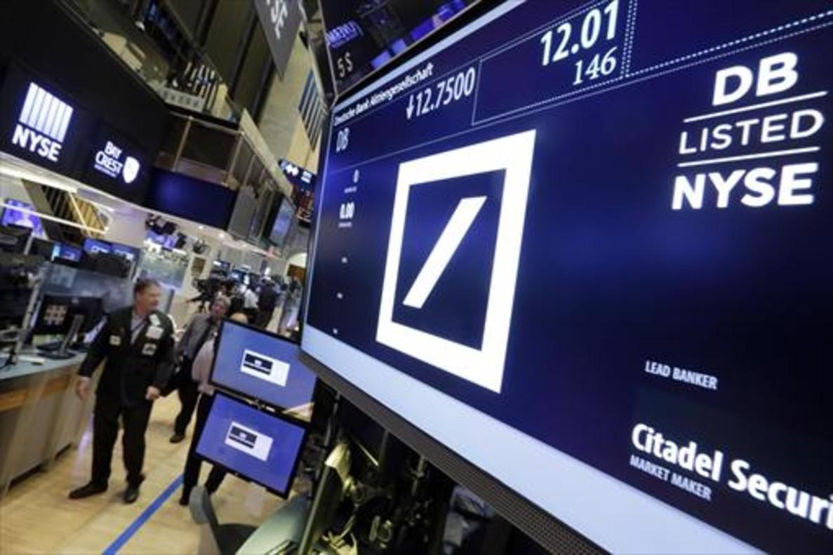 La cotización del Deutsche Bank en una pantalla informativa de la Bolsa de Nueva York, ayer.
