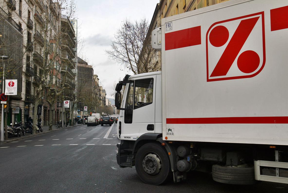 Imagen de archivo de un camión de la cadena de supermercados DIA durante un reparto.