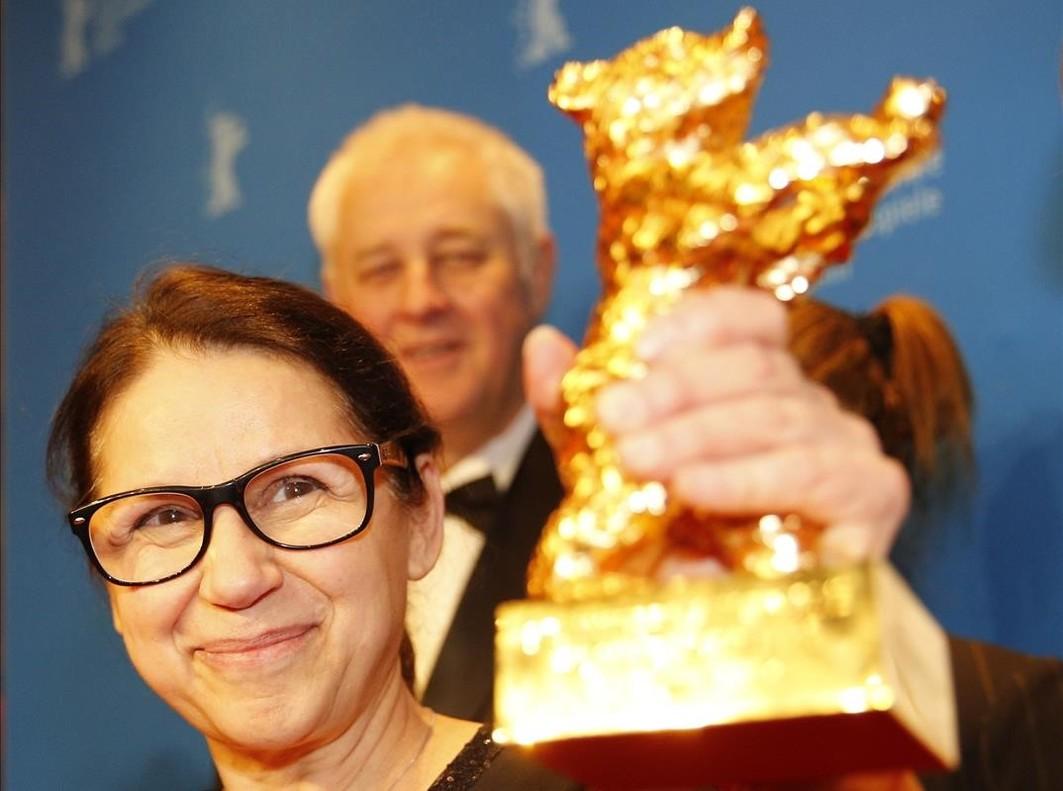 La directora húngara Ildiko Enyedi muestra el Oso de Oro que su película On Body and Soul ha ganado en el Festival de Cine de Berlín.