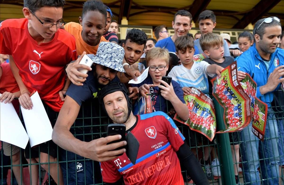Diversos fans envuelven al portero de la República Checa, Petr Cech, durante una sesión deentrenamiento.