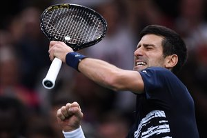 Djokovic celebra con rabia el triunfo frente a Shapovalov en la final de París.