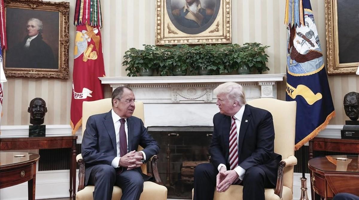 Donald Trump, con el ministro de Exteriores ruso Sergei Lavrov, en la Casa Blanca el 10 de mayo.