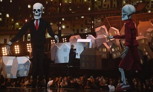 Donald Trump y Theresa May convertidos en esqueletos en la actuación de Katy Perry en los Brit Awards.