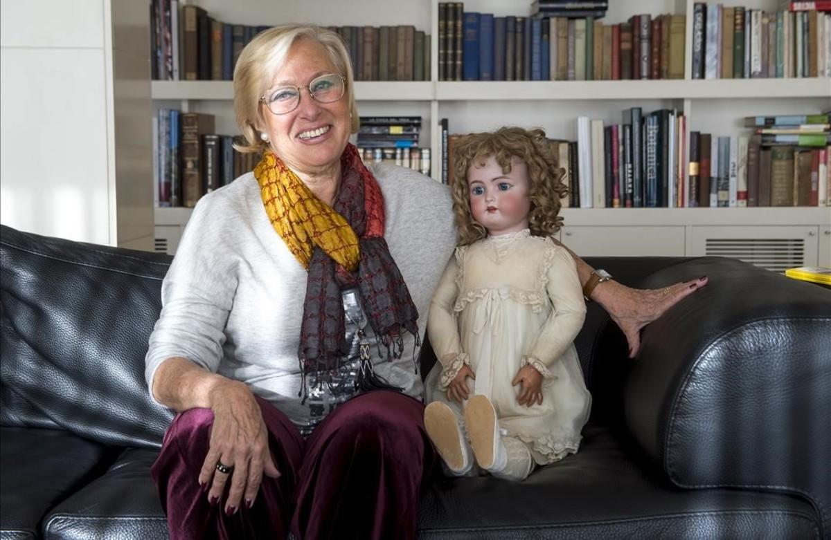 Dory Sontheimer, en su casa de Barcelona, junto a la muñeca Patty, fabricada en la antigua fábrica Lehmann, y que ha convertido en hilo conductor de La octava caja, donde sigue recuperando la historia familiar en el Holocausto.