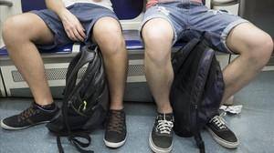 Dos viajeros del metro de Barcelona ocupan tres asientos con su 'despatarre'.