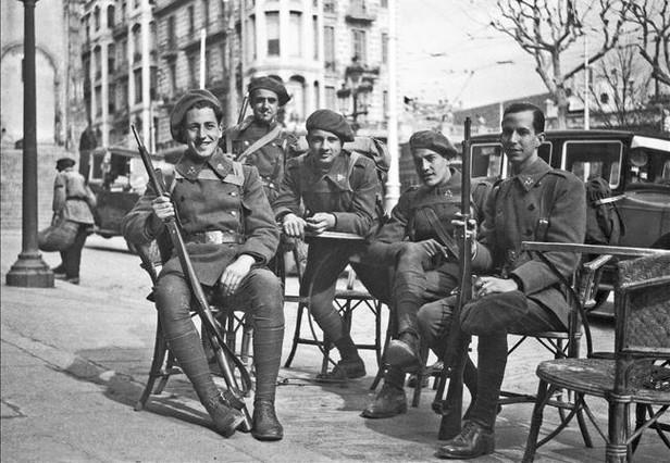 Un grupo de soldados de la república, en la plaza de Lesseps.