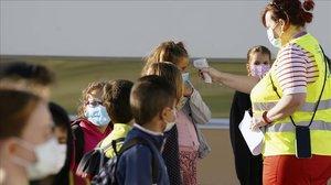 Escolares con mascarillas en un colegio de Madrid.