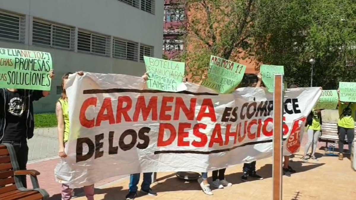 Escrache a Manuela Carmena en Moratalaz.