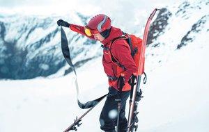 Un esquiador de montaña quita las llamadas 'pieles de foca' de sus esquís para iniciar el descenso.