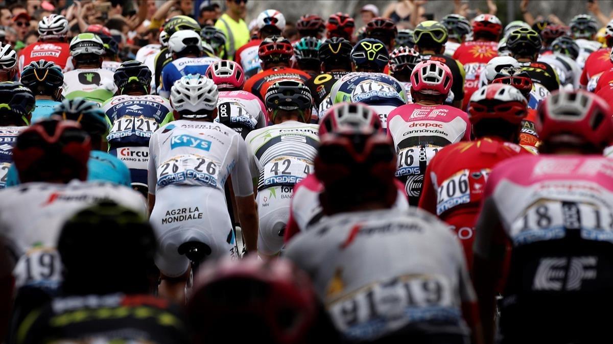 El pelotón rueda durante la decimotercera etapa del Tour 2018