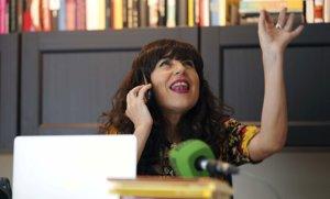 Eva Llamazares, de Cuentábile, mientras explica un relato por teléfono.