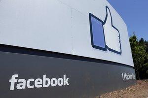 Logotipo de Facebook en sus instalaciones deMenlo Park,California.