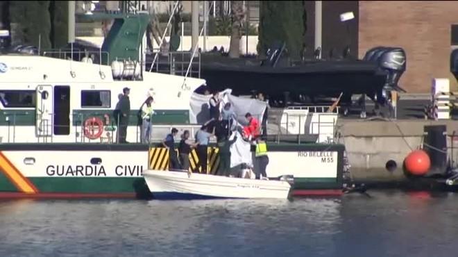 La Guardia Civil y la Policía han detenido a los dos ocupantes de la embarcación, que se habían dado a la fuga.