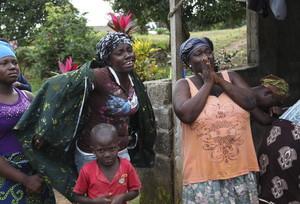 Familiares lloran la muerte de una persona, el miércoles 6 de agosto de 2014, a causa del ébola a las afueras de Monrovia (Liberia).