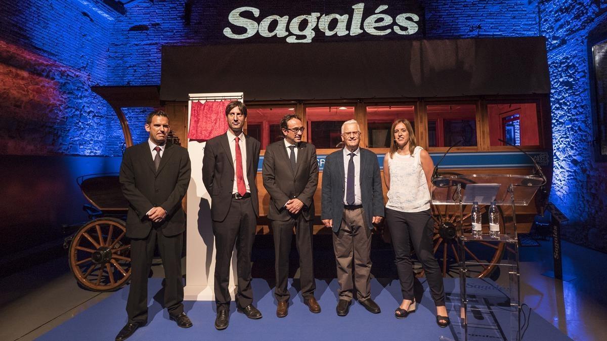 El 'conseller' Josep Rull, en el centro,junto al alcalde de Caldes de Montbui, Josep Solé, y Francésc Sagalés, a su izquierda, y dos de loshijos de este,a los flancos.