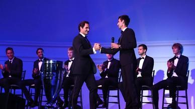 Federer exhibe músculo ante Piqué con la Copa Laver
