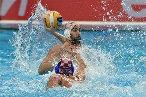 Felipe Perrone intenta un lanzamiento en presencia del croata Milos durante la semifinal