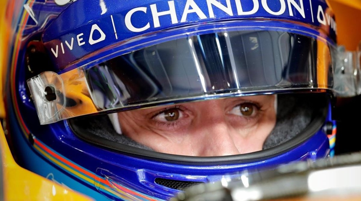 Fernando Alonso, hoy, en el interior de su McLaren, en Brasil.