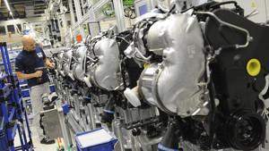 Fotografía de archivo tomada el 28 de junio de 2012 que muestra a un empleado de Volkswagen que trabaja en unos motores diesel en la planta de Salzgitter (Alemania).