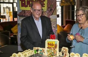 Francisco Ibáñez celebra su 80 cumpleaños junto a su mujer y ante un gran pastel con las páginas de '13, Rue del Percebe' y sus personajes de tebeo más famosos.