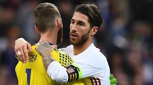 De Gea se abraza a Ramos al acabar el partido en París.
