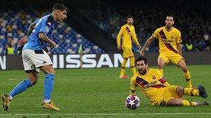 Giovanni Di Lorenzo intenta despejar un balón ante el acoso de Lionel Messi en el Nápoles-Barça de la ida de los octavos de la Champions.
