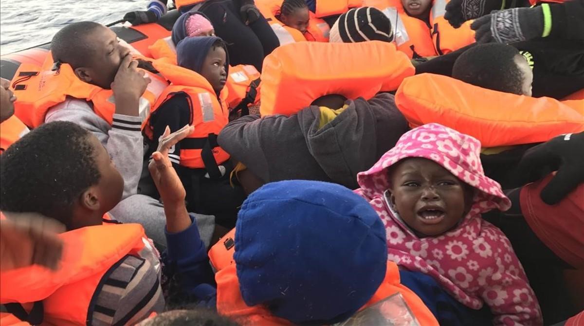 Un grupo de niños rescatados por los barcos de Proactiva Open Arms en el Mediterráneo.
