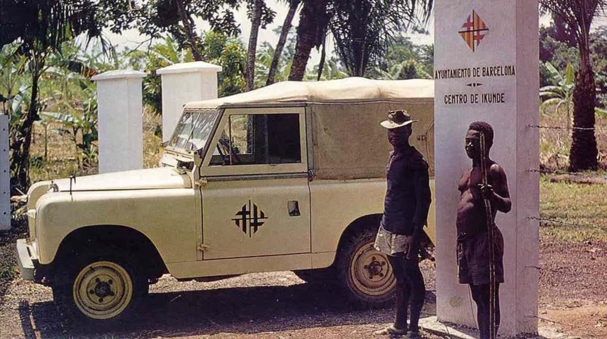Dos vigilantes deIkunde, centro fundado por el Ayuntamiento de Barcelona en Guinea colonial en 1959.