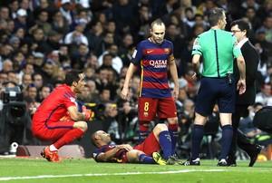 Una jugada del partido de liga Real Madrid-Barcelona en el Bernabéu