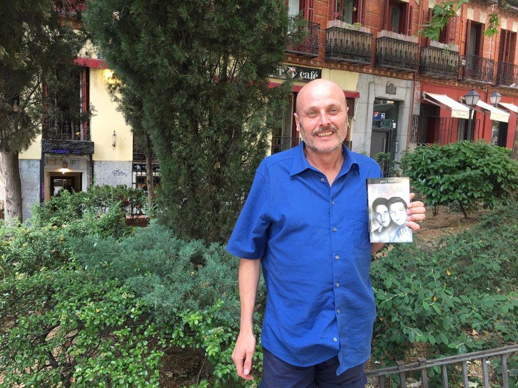 Jan J. Martí posa con su libro, que presentará esta tarde.