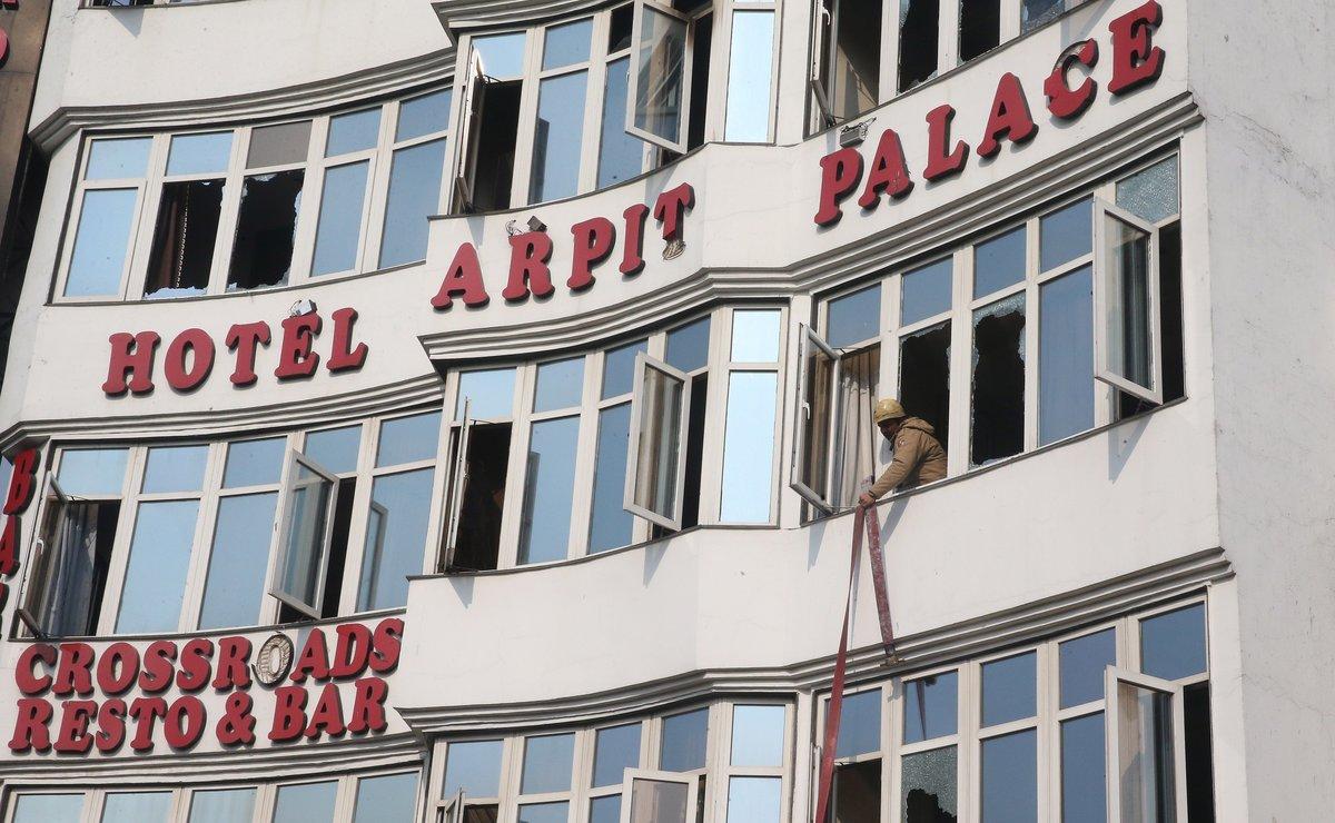 Un bombero realiza labores de resctar tras el incendio enel Hotel Arpit en Nueva Delhi.
