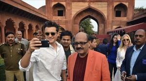 Orlando Bloom junto al político indio Amar Singh en el Taj Mahal.
