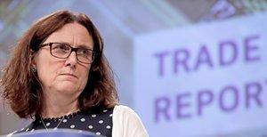 EPA739. BRUSELAS (BÉLGICA), 17/06/2019.- La comisaria europea de Comercio, Cecilia Malmström, ofrece una rueda de prensa para presentar el informe anual sobre los obstáculos al comercio y las inversiones, este lunes, en Bélgica, Bruselas. El informe confirma el continuo aumento de las barreras que las empresas europeas encuentran en mercados extranjeros. Según el informe, se eliminaron alrededor de 123 de esas barreras desde el inicio del mandato de la actual Comisión, lo que permitió ingresar más de seis mil millones de euros adicionales en exportaciones en 2018. El informe también muestra 45 nuevas barreras comerciales establecidas en países fuera de la UE en 2018. EFE/ Olivier Hoslet