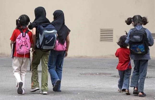 Un grupo de niñas, dos de ellas con Hiyab, salen de la escuela Milà i Fontanals de Ciutat Vella.